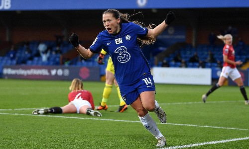 Fran Kirby hits winner as Chelsea beat Manchester United to go top of WSL