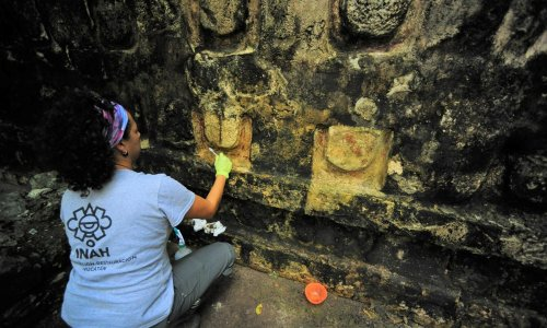Archaeologists discover remains of vast Mayan palace in Mexico