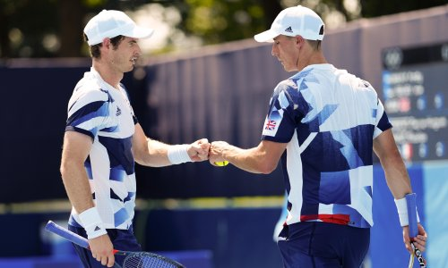 Andy Murray advances in men's doubles as tennis players suffer in Tokyo heat