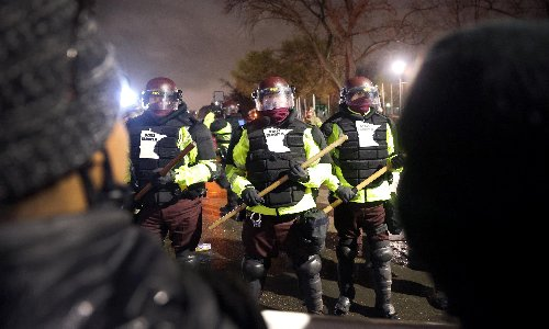 Minneapolis: police and protesters clash for second night over death of Daunte Wright
