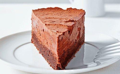 Cremige Verführung: Schokomoussetorte mit Brownieboden • Rezept