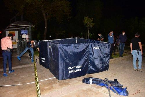 İzmir'de, parkta bir erkek cesedi bulundu