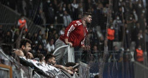 Beşiktaş taraftarından 2 futbolcuya protesto