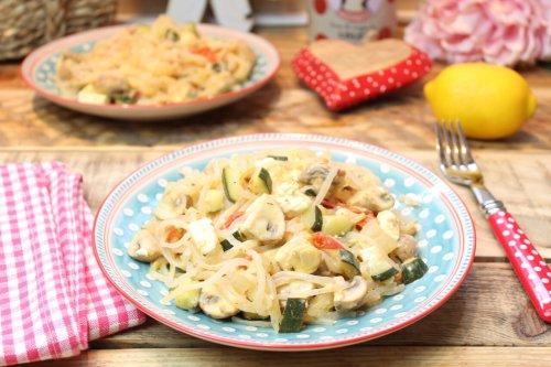 Zitronige Feta-Gemüse-Konjaknudelpfanne