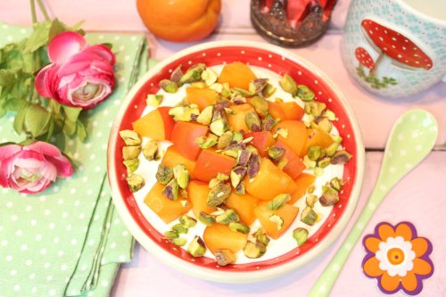 Griechisches Joghurtfrühstück mit Pistazien