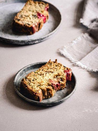 Veganer Zucchinikuchen mit Rhabarber, Olivenöl & Ahornsirup
