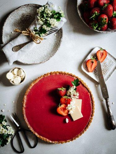Weiße Schokoladentarte mit Kokosmilch & Vanille - Erdbeerspiegel