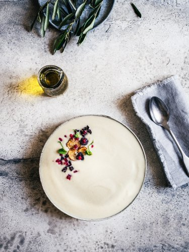 Topinambursuppe mit frittierten Oliven, Granatapfel & Topinamburchips