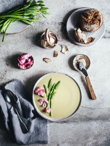 Spargelsuppe vegan & sattvisch. Mit weißem Mandelmus und Miso