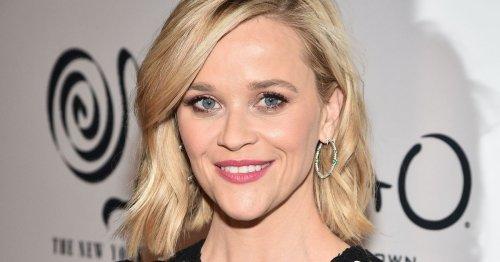 Reese Witherspoon trägt den gestreiften Kleider-Trend des Sommers