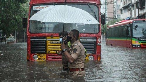 Indische Marine: Lastkahn sinkt bei Zyklon