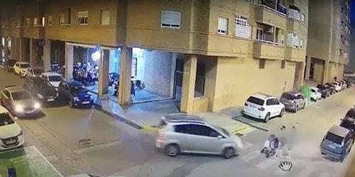 Un conductor no respeta un paso de peatones... y ocurre algo inesperado