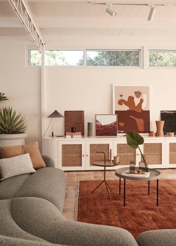Una casa cálida y elegante en colores verdes y rojizos