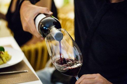 Macché vino bianco col pesce: le regole del wine pairing sono cambiate tutte