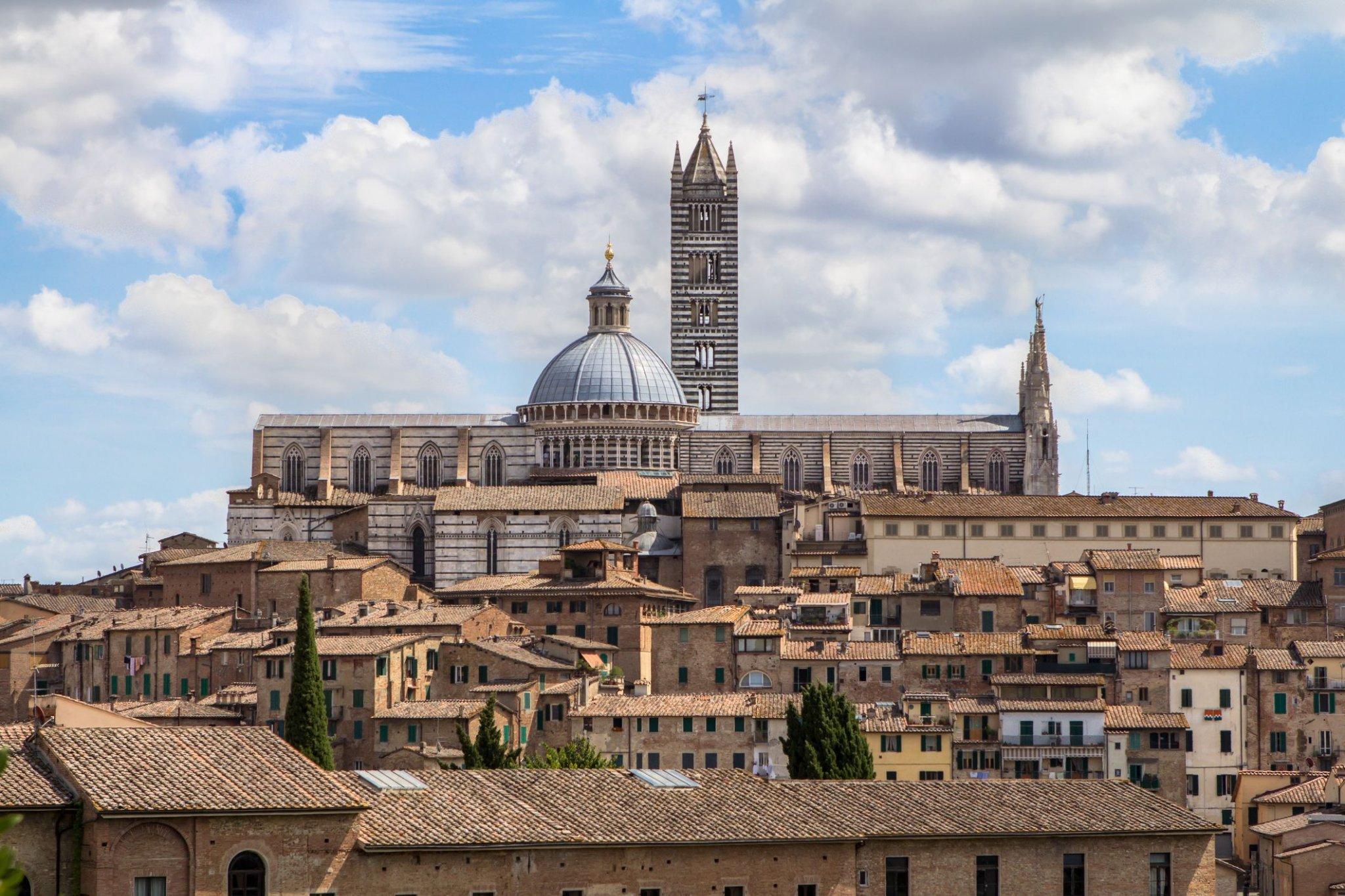 """Cartolina da Siena, dove si cammina sul """"pavimento più bello, grande e magnifico che sia mai stato fatto"""""""