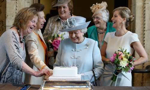 Former royal chef Darren McGrady shares recipe for the Queen's favourite lemon drizzle cake