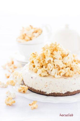 Caramel-Eistorte Rezept mit Popcorn & gerösteten Mandeln