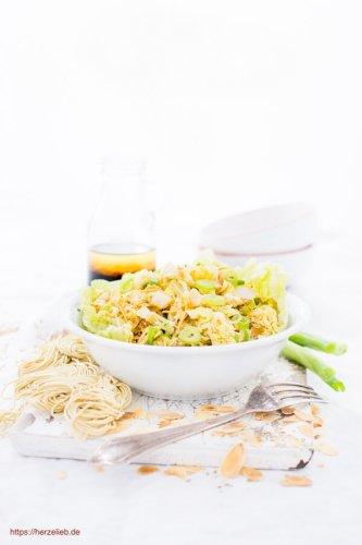 Chinakohlsalat mit Mie Nudeln, Mandeln und Sesam
