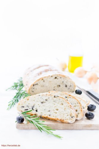Olivenbrot mit Zwiebeln und Kräutern – Schnelles Rezept!