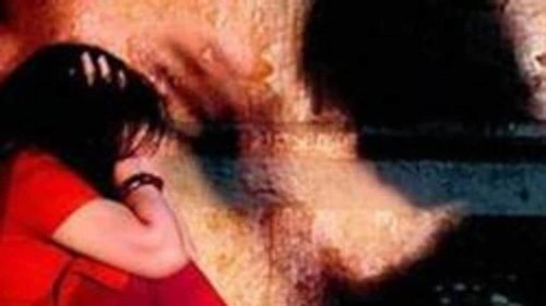 Teenage girls thrashed by 15 men for speaking on mobile phones in Gujarat