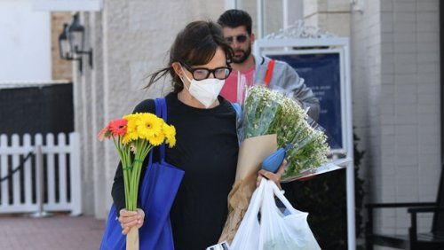 Jennifer Garner Goes Flower Shopping In L.A. As Ex Ben Affleck Grabs J.Lo's Booty On St. Tropez Yacht — Photos