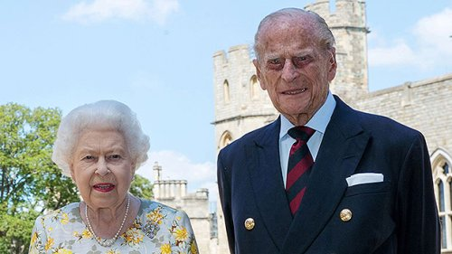 Queen Elizabeth Leaves A Handwritten Note On Prince Philip's Casket Signed With Nickname 'Lilibet'