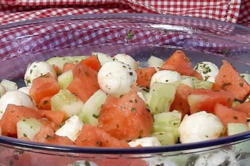 Melonensalat mit 3 Zutaten: Melone, Mozzarella und Gurke