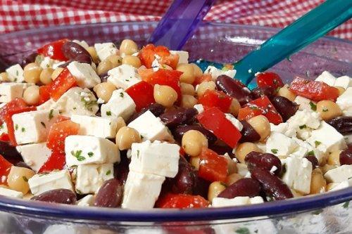 Lowcarb Mexiko Salat mit Bohnen, Kichererbsen, Paprika und Feta