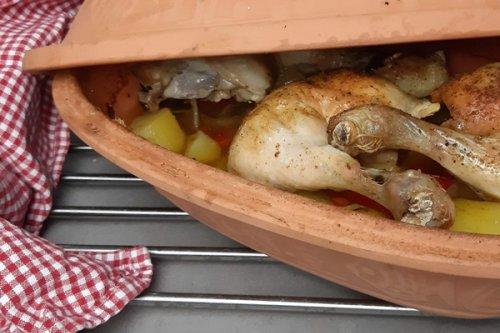 Hühnerschenkel im Römertopf mit Gemüse garen