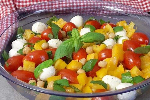 Caprese Salat mal anders! Mit Kichererbsen und Paprika