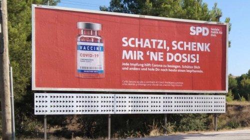"""""""Schatzi, schenk mir 'ne Dosis!"""": Mit diesen kreativen Plakaten fordert die SPD Mallorca-Urlauber zur Impfung auf"""