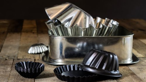 Here's How To Properly Remove Those Pesky Stains From Your Bakeware