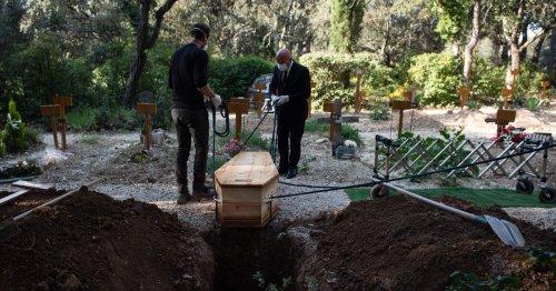 100.000: le seuil symbolique qui illustre la difficulté de compter les morts du Covid