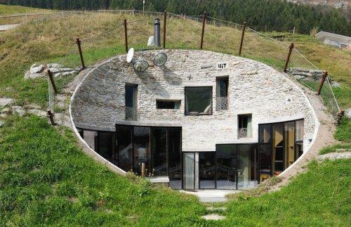 Curiosités architecturales #2. À Vals, une villa de hobbit cachée dans la vallée