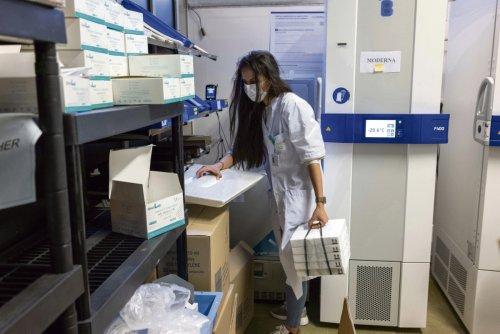 Distribuer des vaccins pour toute la Seine-Saint-Denis : le travail de titan de Meryem à l'hôpital Robert-Ballanger