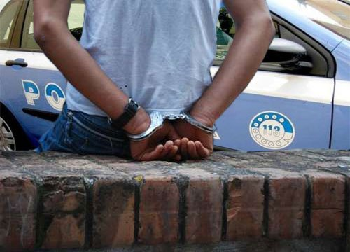 Maltratta moglie e fugge all'estero con i figli: arrestato
