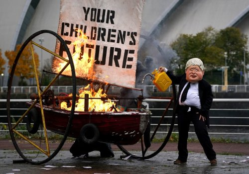 Boris Johnson impersonator in Glasgow sets fire to boat to protest fossil fuel use