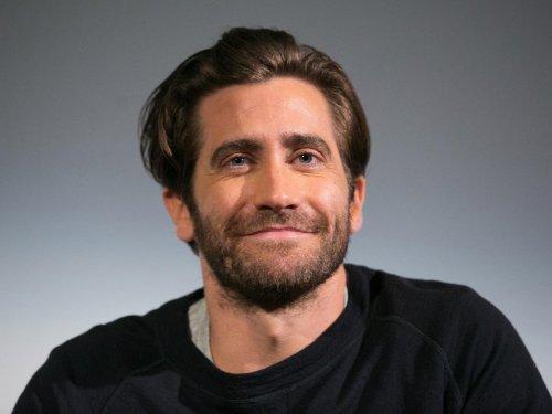 Jake Gyllenhaal clarifies his stance on showering amid bathing debate