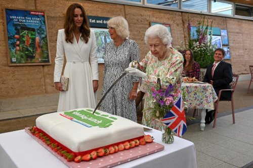Queen insists on using sword to cut cake