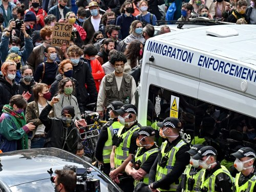 Neighbours rush to street to block Home Office from removing immigrants