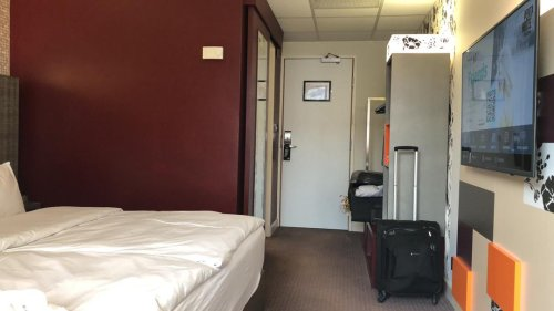 Delta Covid outbreak hits quarantine hotel in Reading as terrified guests turn off room air con