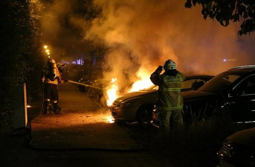 Nürnberg: Feuerwehreinsatz vor Schule - LKW steht mitten in der Nacht in Flammen