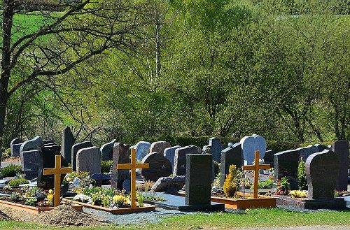 Schwarzach am Main: Unbekannte stehlen Urne aus Grab - Polizei sucht nach Zeugenaussagen