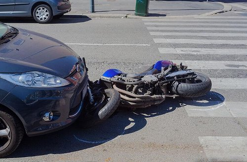 Motorradfahrer in Haßfurt schwer verletzt: Autofahrer stößt mit Kradfahrer zusammen - Biker fliegt über Auto