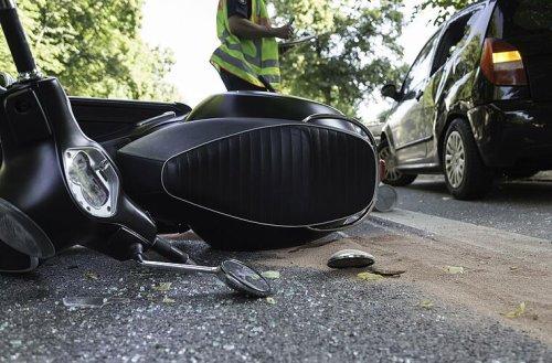 Schweinfurt: Rollerfahrer fährt verkehrt herum in Kreisverkehr - Jugendlicher schwer verletzt