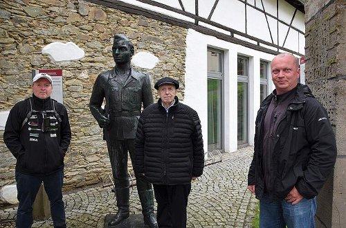 Stern TV in Mödlareuth: Joey Kelly dreht mit Reiner Calmund im Deutsch-Deutschen Museum