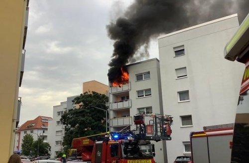 """Würzburg: Feuer in Mehrfamilienhaus sorgt für Großeinsatz der Feuerwehr - eine Wohnung derzeit """"nicht bewohnbar"""""""