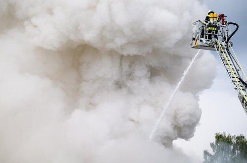 Feuerwehreinsatz in Würzburg: Benzin und Paletten fangen Feuer in Lagerhalle