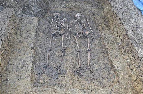 Deiningen: 1500 Jahre altes Grab entdeckt - Liebespaar hält Händchen, Gegenstände neben ihnen stellen Forscher vor Rätsel