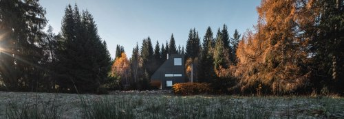 A solar-ready holiday home disappears into a Czech forest